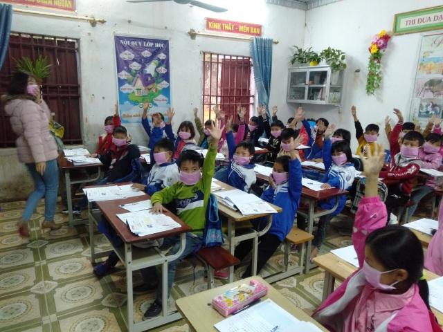 Phát 5.000 khẩu trang, nước rửa tay miễn phí cho học sinh vùng biển - 16