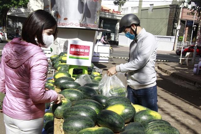 """Người dân Đắk Lắk hào hứng """"giải cứu"""" dưa hấu giúp bà con nông dân - 4"""