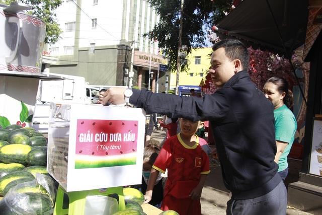 """Người dân Đắk Lắk hào hứng """"giải cứu"""" dưa hấu giúp bà con nông dân - 3"""