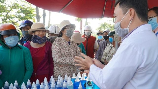 Thầy trò khoa Hóa pha chế dung dịch rửa tay khô tặng miễn phí cho người dân - 7