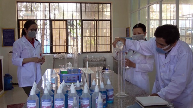Thầy trò khoa Hóa pha chế dung dịch rửa tay khô tặng miễn phí cho người dân - 1