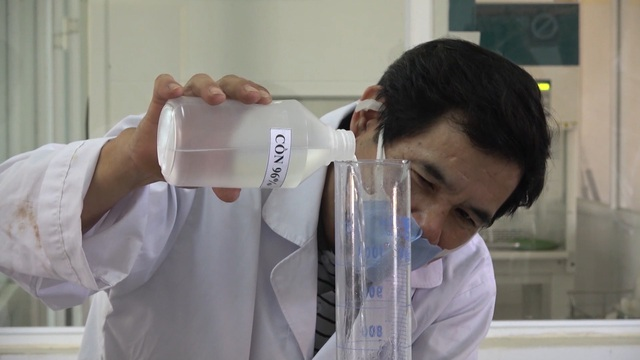 Thầy trò khoa Hóa pha chế dung dịch rửa tay khô tặng miễn phí cho người dân - 3