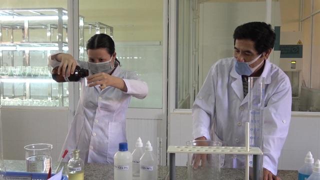 Thầy trò khoa Hóa pha chế dung dịch rửa tay khô tặng miễn phí cho người dân - 4
