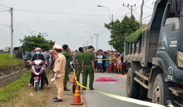 Người lớn quên đóng cổng, bé gái chạy ra đường bị xe tông tử vong - 1