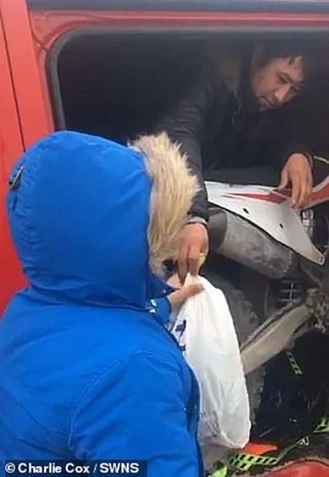 """Phát hiện người nhập cư lậu sau thùng xe tải trên đường """"phượt"""" - 3"""