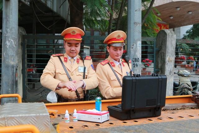 CSGT Hà Nội tiếp tục kiểm tra nồng độ cồn qua ống thổi dùng một lần - 1