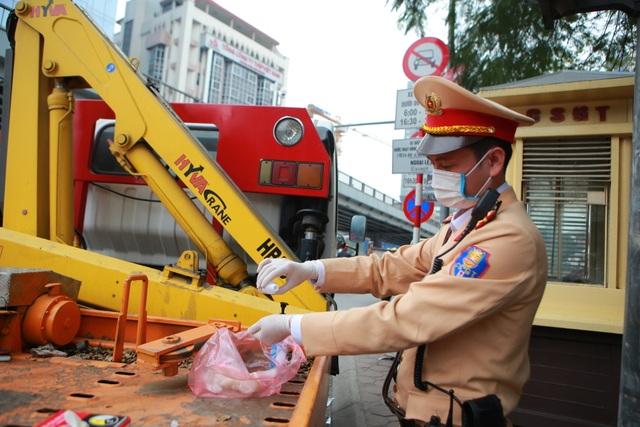 CSGT Hà Nội tiếp tục kiểm tra nồng độ cồn qua ống thổi dùng một lần - 8