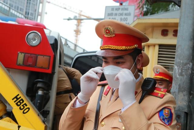 CSGT Hà Nội tiếp tục kiểm tra nồng độ cồn qua ống thổi dùng một lần - 2