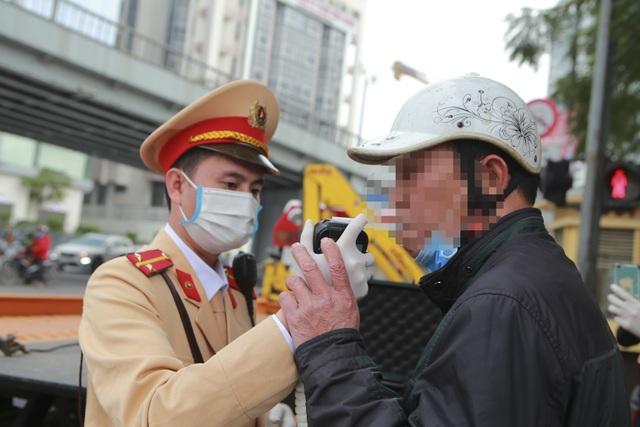 CSGT Hà Nội tiếp tục kiểm tra nồng độ cồn qua ống thổi dùng một lần - 5