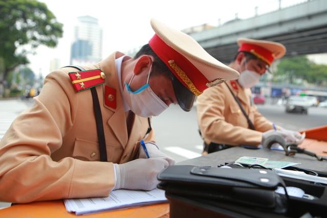 CSGT Hà Nội tiếp tục kiểm tra nồng độ cồn qua ống thổi dùng một lần - 7