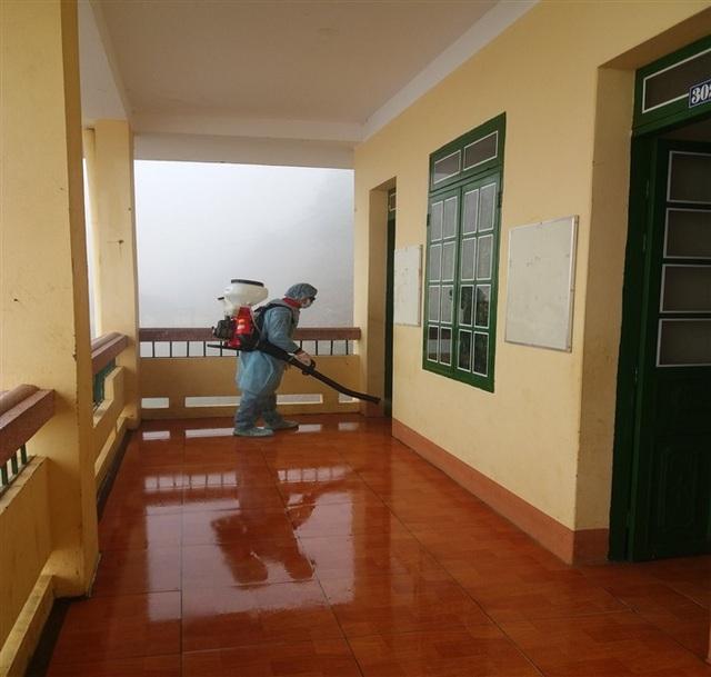 Lào Cai: Phun thuốc khử trùng trước ngày đón học sinh trở lại học - 1