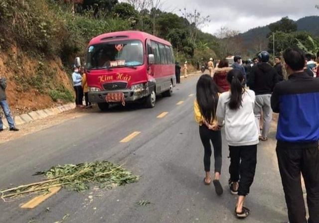 3 người trongmột gia đình tử nạn sau vụ va chạm với xe khách - 1
