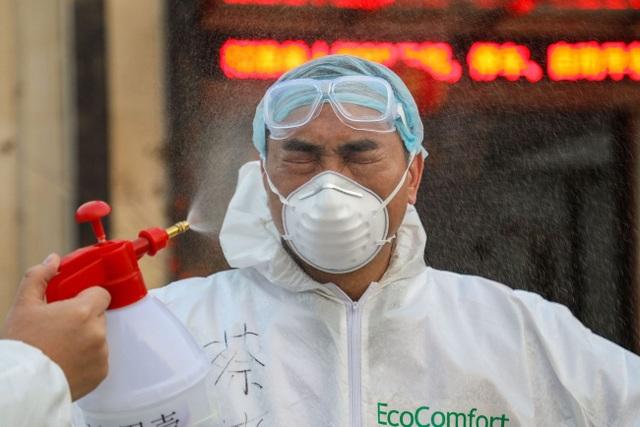 Khó khăn chồng chất của bác sĩ nơi tuyến đầu chống dịch corona ở Trung Quốc - 1