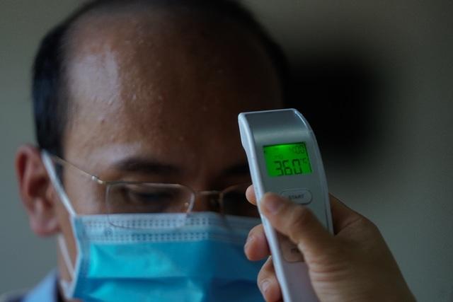 UBND quận đo thân nhiệt, phát khẩu trang cho từng người dân - 6