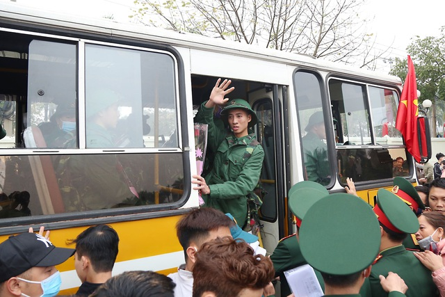 Đo thân nhiệt, phát khẩu trang tại lễ giao nhận quân giữa mùa dịch corona - 17