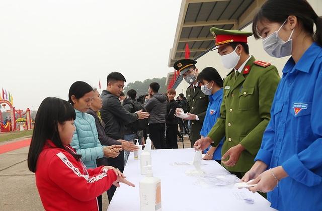Đo thân nhiệt, phát khẩu trang tại lễ giao nhận quân giữa mùa dịch corona - 6