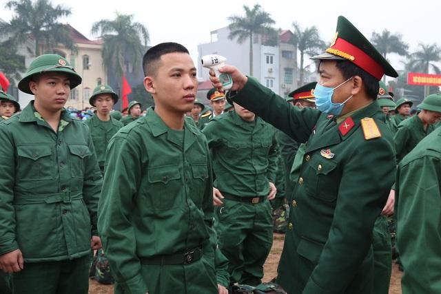 Đo thân nhiệt, phát khẩu trang tại lễ giao nhận quân giữa mùa dịch corona - 5