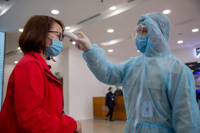 Nhiều cao ốc ở Hà Nội đồng loạt quét thân nhiệt khách, phòng virus corona - 10