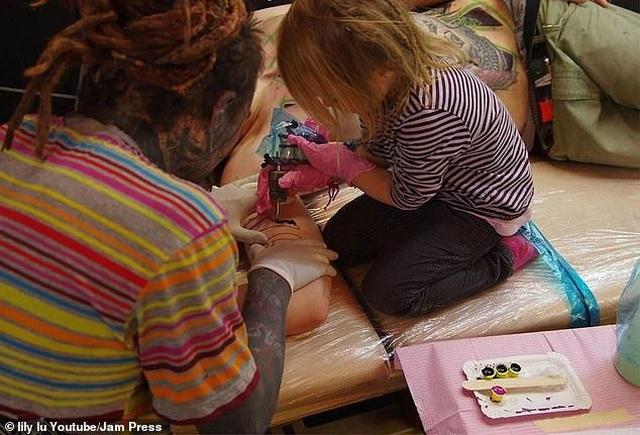 """""""Thợ"""" xăm nhỏ tuổi nhất thế giới học việc từ tuổi tập đi - 1"""