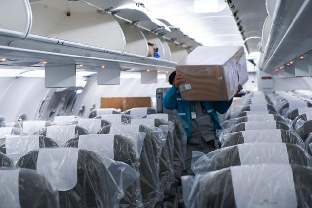 """Xem lại hình ảnh chuyến bay tới """"tâm dịch"""" Vũ Hán khủng khiếp nhất thế giới - 11"""
