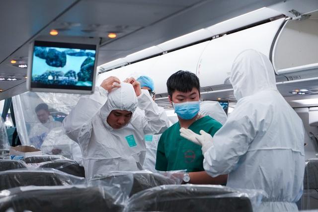 """Xem lại hình ảnh chuyến bay tới """"tâm dịch"""" Vũ Hán khủng khiếp nhất thế giới - 5"""