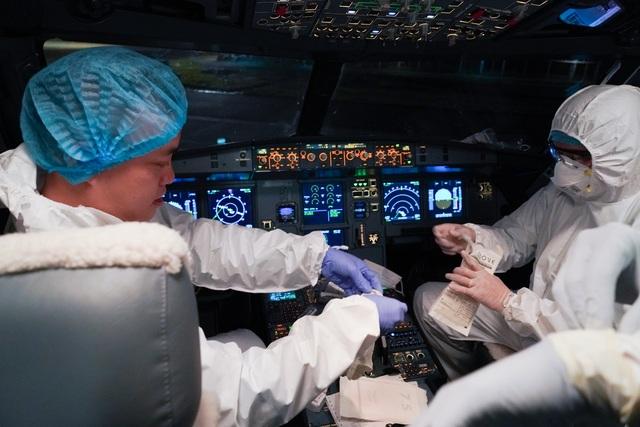 """Xem lại hình ảnh chuyến bay tới """"tâm dịch"""" Vũ Hán khủng khiếp nhất thế giới - 3"""