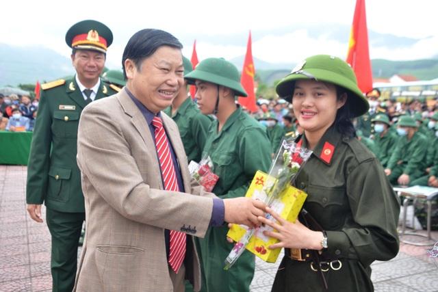 Huế: Nữ tân binh duy nhất trong số hơn 1.300 thanh niên nhập ngũ  - 1