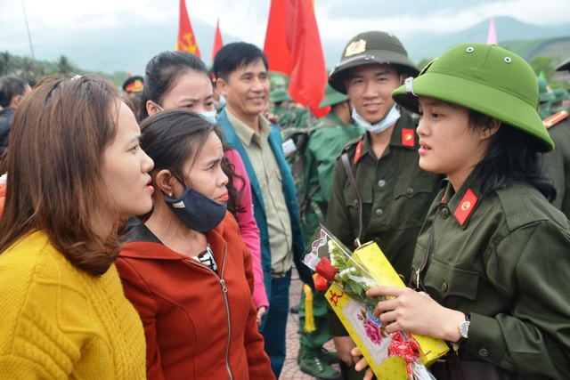 Huế: Nữ tân binh duy nhất trong số hơn 1.300 thanh niên nhập ngũ - 3