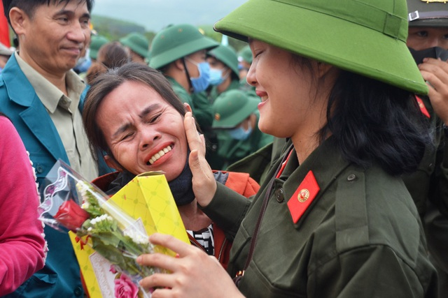 Huế: Nữ tân binh duy nhất trong số hơn 1.300 thanh niên nhập ngũ - 2