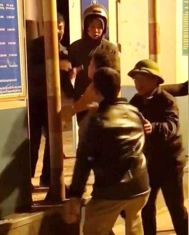 Hai bố con tự xưng là công an, hành hung nhân viên trạm BOT - 2