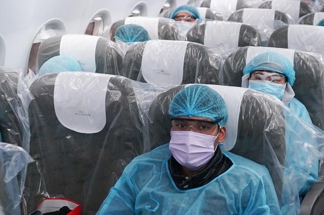 """Xem lại hình ảnh chuyến bay tới """"tâm dịch"""" Vũ Hán khủng khiếp nhất thế giới - 16"""