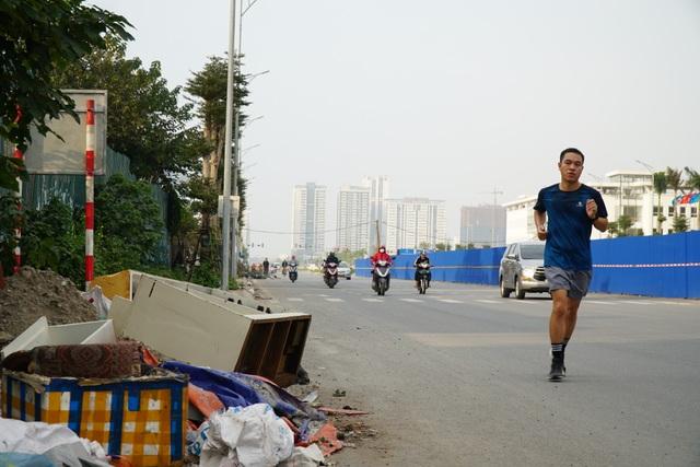 Tuyến đường huyết mạch nối 3 quận nội thành Hà Nội ngập trong rác thải - 12