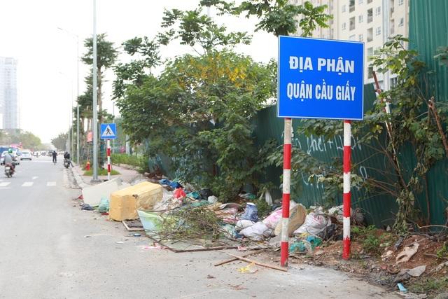 Tuyến đường huyết mạch nối 3 quận nội thành Hà Nội ngập trong rác thải - 9