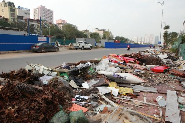 Tuyến đường huyết mạch nối 3 quận nội thành Hà Nội ngập trong rác thải - 3