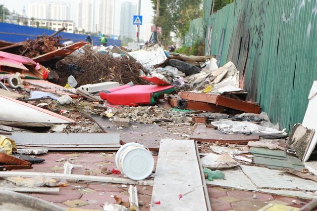 Tuyến đường huyết mạch nối 3 quận nội thành Hà Nội ngập trong rác thải - 7