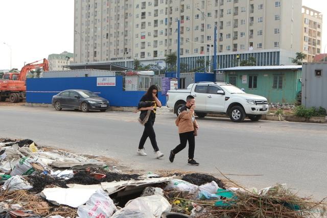 Tuyến đường huyết mạch nối 3 quận nội thành Hà Nội ngập trong rác thải - 5