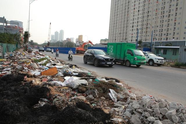Tuyến đường huyết mạch nối 3 quận nội thành Hà Nội ngập trong rác thải - 10