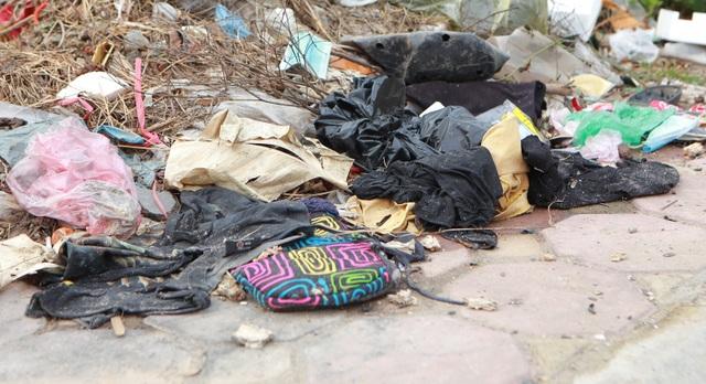 Tuyến đường huyết mạch nối 3 quận nội thành Hà Nội ngập trong rác thải - 8