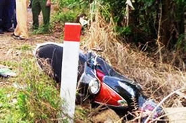 Xe máy kẹp 3 tông vào cột mốc, 2 thanh niên chết thảm - 1