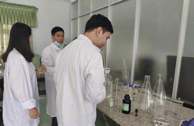Thầy trò trường ĐH Sư phạm Đà Nẵng pha nước rửa tay, giúp dân phòng dịch - 2