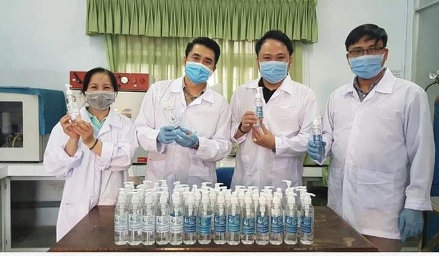 Thầy trò trường ĐH Sư phạm Đà Nẵng pha nước rửa tay, giúp dân phòng dịch - 1