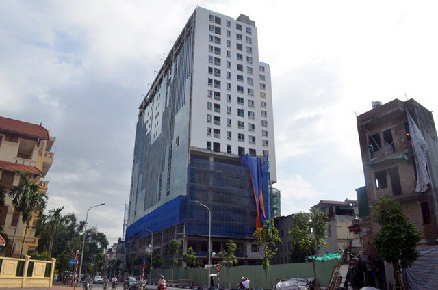 """Hà Nội tiếp tục """"cắt ngọn"""" tòa 8B Lê Trực, nhiều người lo mất nhà - 1"""