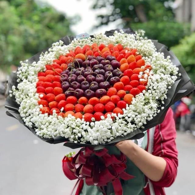 Bó hoa dâu tây, sô cô la ánh kim hút khách mua quà tặng Valentine - 1