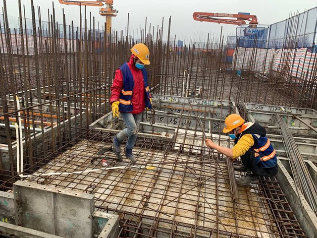 Công trường xây dựng Hà Nội đo thân nhiệt, phát khẩu trang cho công nhân - 1