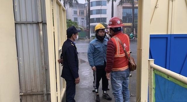 Công trường xây dựng Hà Nội đo thân nhiệt, phát khẩu trang cho công nhân - 2