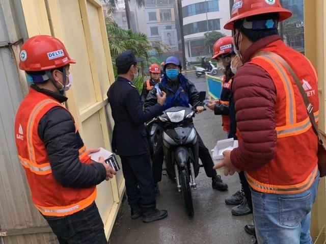 Công trường xây dựng Hà Nội đo thân nhiệt, phát khẩu trang cho công nhân - 3