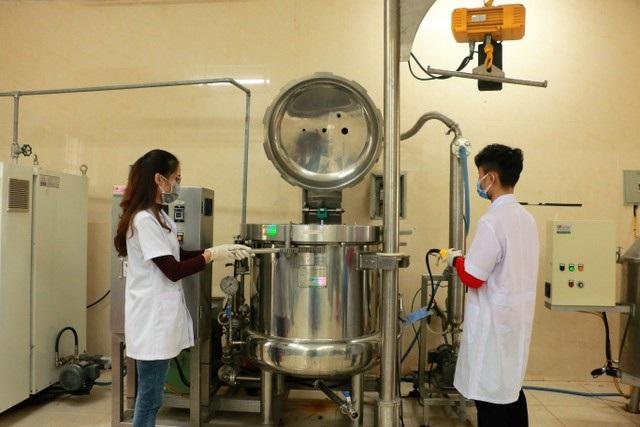 Giảng viên, sinh viên sản xuất nước rửa tay phát miễn phí phòng dịch nCoV - 1