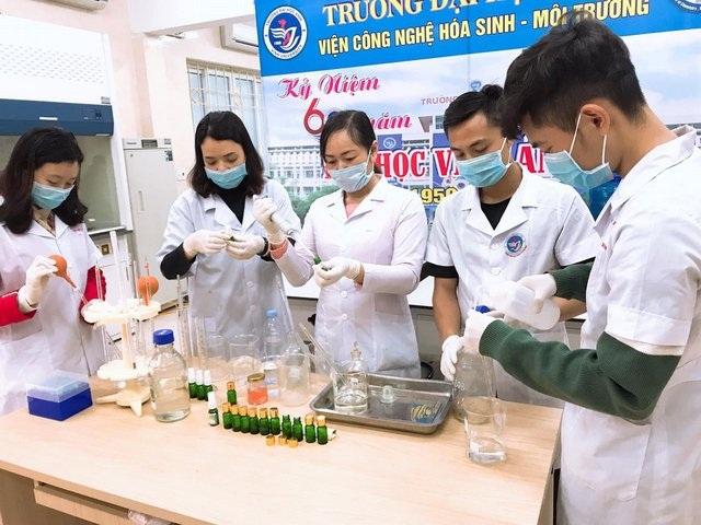 Giảng viên, sinh viên sản xuất nước rửa tay phát miễn phí phòng dịch nCoV - 3