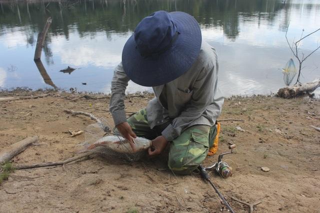 """Gia Lai: Theo chân thợ câu săn """"thủy quái"""" trên lòng hồ Ia Mlá - 8"""