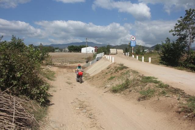Gia Lai: Vì sao cống tiền tỷ xây xong, dân vẫn phải lội suối qua đường? - 1